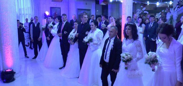 Kiša ipak nije pokvarila najsvečaniji dan za mitrovačke mladence, sudbonosno DA na drugom kolektivnom venčanju u Sremskoj Mitrovici u 13 časova izgovorilo je šesnaest parova. Iako je izostao planiran defile […]