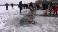 Izuzetno hladan talas ovih dana u rumskoj opštini nije omeo hrabre plivače i plivačice da i ove godine daju doprinos Bogojavljenskoj tradiciji tako što će danas na Borkovačkom jezeru plivati […]