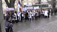 """U Sremskoj Mitrovici radnici Ustanove """"Apoteka Sremska Mitrovica"""" organizovali su protestnu šetnju od Centralne apoteke do Gradske kuće. Kao razlog protesta navode između ostalog neisplaćene zarade za nekoliko meseci kao […]"""