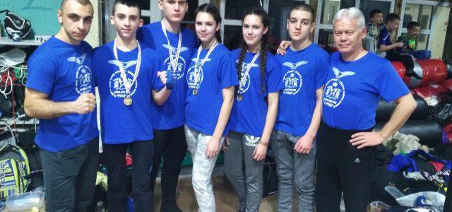 """Sportisti Savate boks kluba """"Ruma"""" osvojili su tri zlatne, jednu srebrnu i jednu bronzanu medalju na Svetskom kupu u savateu u Budimpešti. Kup je održan u subotu. Zlatne medalje osvojili […]"""