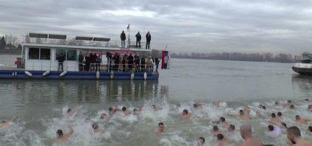 Jedan od običaja za Bogojavljenje je i plivanje za Časni krst. Plivalo se danas i u Sremu. U Rumi je plivanje kao i predhodnih godina bilo na Borkovačkom jezeru, a […]