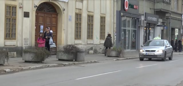 Legalni taksisti u Sremskoj Mitrovici podneli su inicijativu Gradskoj upravi i zatražili pomoć u rešavanju nelegalnog rada taksista. Gradska uprava za saobraćaj obratila se Pokrajinskom sekretarijatu za energetiku, građevinarstvo i […]