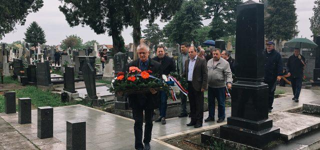 Polaganjem venaca na spomenike žrtvama Drugog svetskog rata, na Gradskom groblju u Rumi, danas je obeležen 9. maj, Dan pobede na fašizmom. Vence su položili predstavnici lokalne samouprave, boračkih udruženja […]