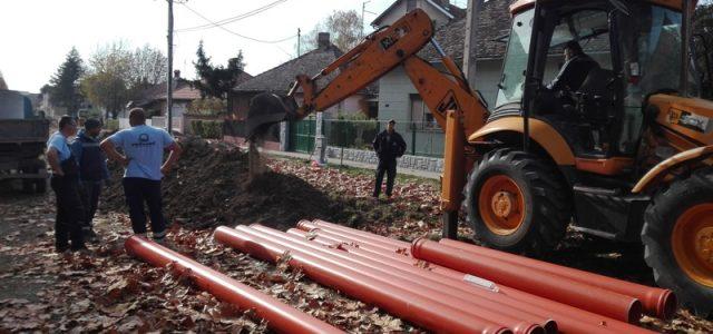 """JKP """"Vodovod """" iz Sremske Mitrovice, na kraju 2019. godine sumiralo je rezultate celogodišnjeg rada i najavilo buduće investicije u 2020. godini. Svojim korisnicima , iz ovog preduzeća najavljuju kvalitetnu […]"""