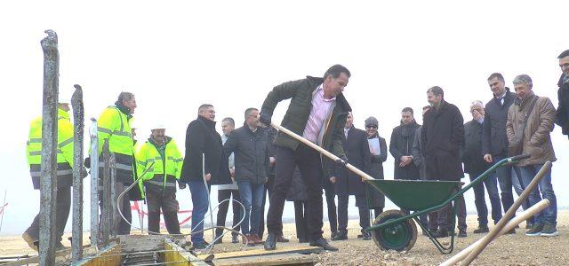 Opština Ruma će jedina uSrbijiimatiTrening centarnamenjen poljoprivrednim proizvodjačima. Danas je položen kamen temeljac za izgradnju centra u okviru koga će biti izgradjen i staklenik u kome će biti primenjene nove […]